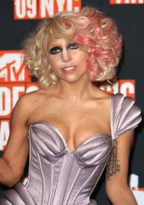 lady-gaga-2009-mtv-vma-hairstyle-short-curly-with-pink-or-blood-721x1024