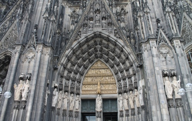 The intricate entrance of the Köln Cathedral.