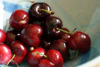 Sweet cherries are only available during the late spring and early summer. This succulent fruit is high in fibre and potassium, but low in calories - one cup is only about 100! Photo by: Creative Commons.